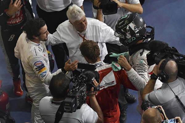 Fernando Alonso saluda a Nico Rosberg